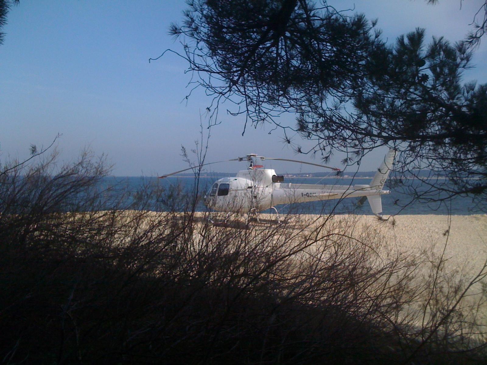 Hélicoptère Airbus Écureuil AS 350 au Cap Ferret