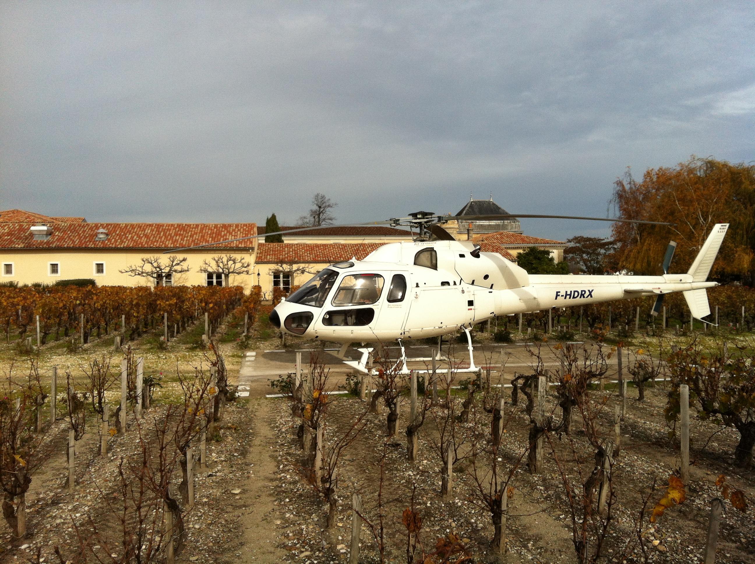 Hélicoptère Airbus Biturbine AS355 dans le Vignoble Bordelais
