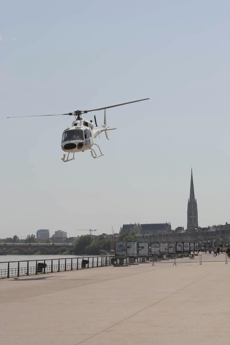 Hélicoptère Airbus Écureuil AS 355 Biturbine survol de Bordeaux